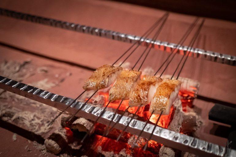 在围炉裏炭烤喉黑鱼