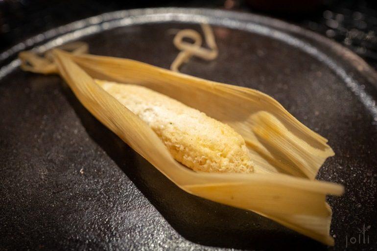 番茄酸奶油墨西哥辣酱的玉米粽子