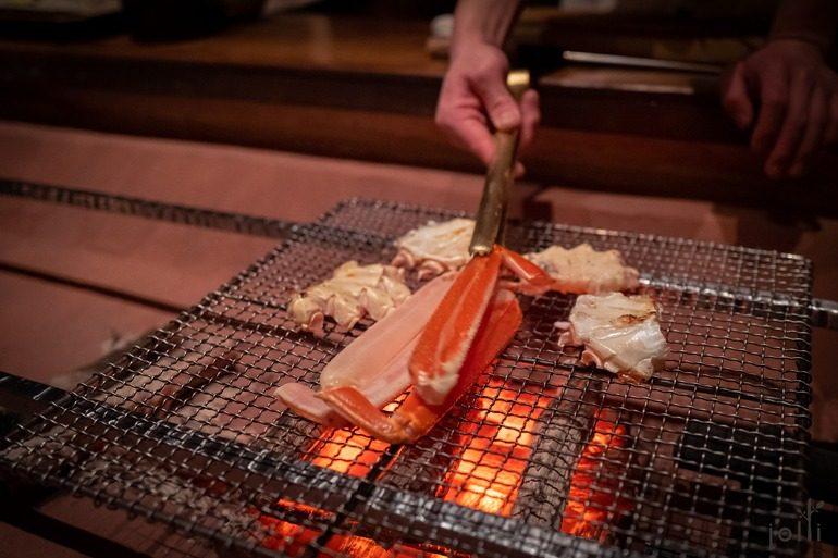 间人蟹以备长炭烤至半生不熟